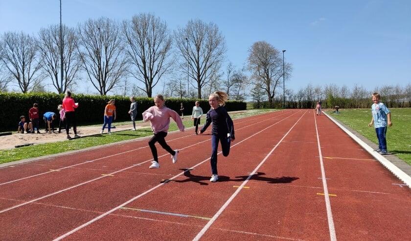 Rennen op de échte atletiekbaan, wat een gave sportdag!