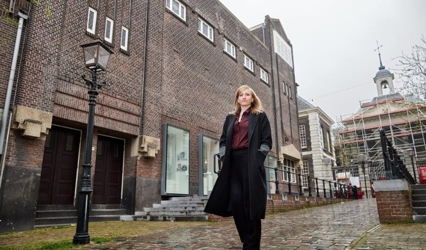 <p>Anne de Haij met de Monopole op de achtergrond en het museum in de steigers. (Foto: Aad Hoogendoorn)<br><br></p>