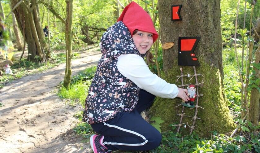 <p>Isanne Schouten (6) bij het huisje van kabouter Puntmuts, in het nieuwe kabouterbos.</p>