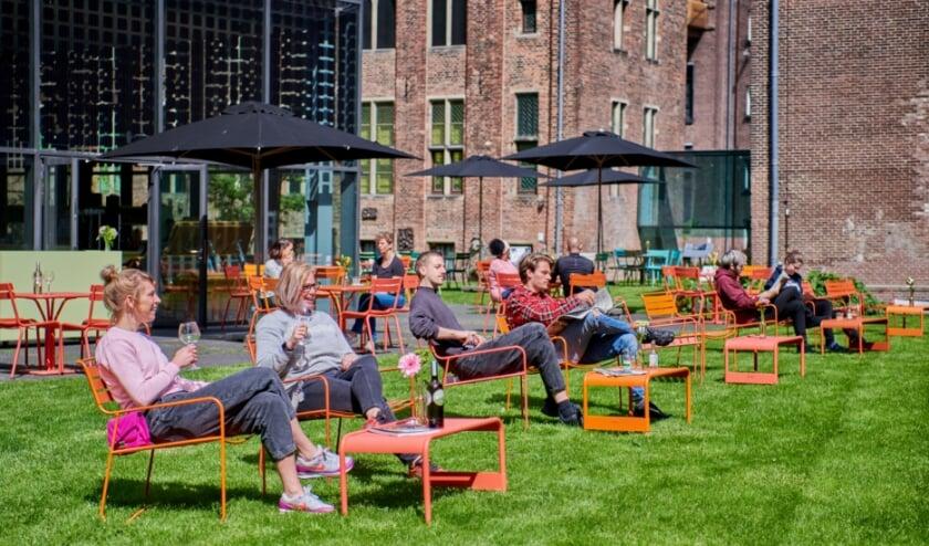 <p>Het Centraal Museum blijft voorlopig nog gesloten, maar het terras van het Museumcaf&eacute; is weer open. Jacqueline Rutten: &ldquo;Nu alles weer in bloei staat, is de tuin op zijn mooist en een oase in de stad.&rdquo; Foto: Jan Kees Steenman&nbsp;</p>