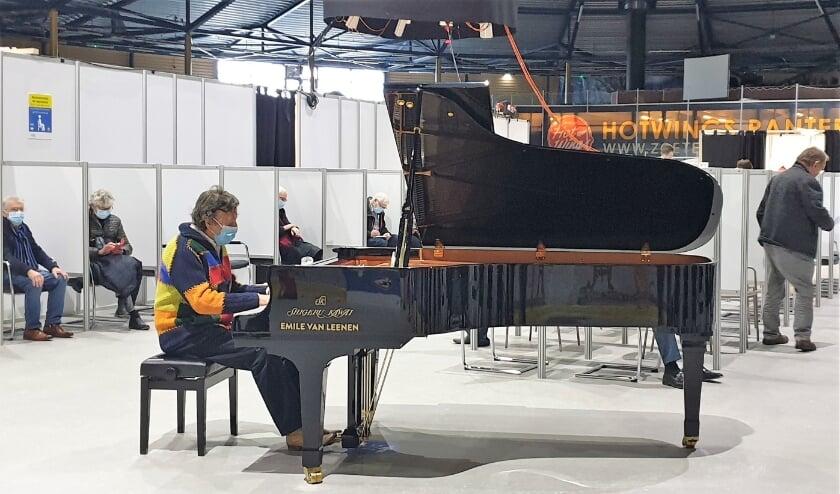 <p>Pianist Laurens van Rooyen gaf een verrassingsconcert in de wachtruimte van de vaccinatie-locatie in het Silverdome.&nbsp;</p>