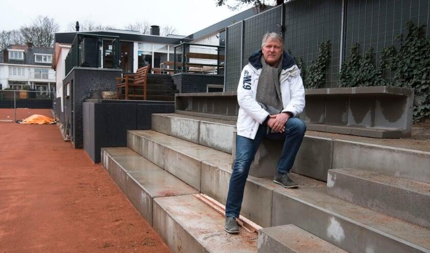 """<p>Voorzitter Jan van Schaik van TV de Hoogkamp: """"De opknap van het tennispark is een impuls voor de club."""" (Foto: Ellen Koelewijn)</p>"""
