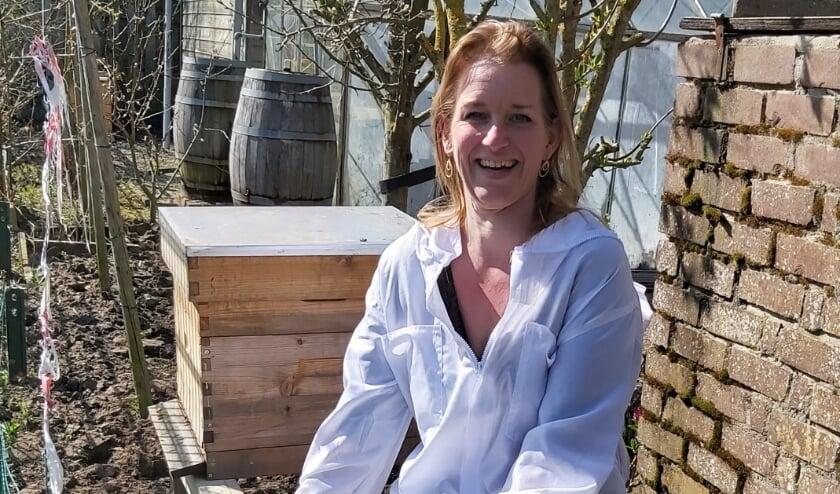 """<p>Imker Nadine Schalk naast een van haar vijftien bijenkasten, die verspreid staan over de regio. """"Propolis vind ik het mooiste bijenproduct. Er wordt volop onderzoek gedaan naar de antibacteriële werking en andere toepassingen ervan.""""</p>"""