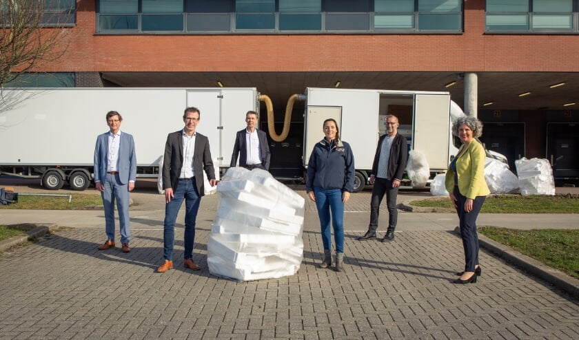 <p>V.l.n.r. Wim de Haas (WUR) Jan van Os (ATAG), Henk Bos (EPS), Peggy Blaauw (GoClean), Wim Nabbe (Groene Allianties) en Gemma Tiedink (wethouder).</p>