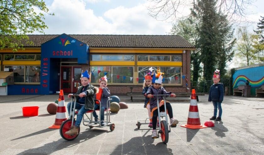 <p>&nbsp;De enthousiaste, vrolijke kinderen dartelen van spel naar spel. Ook bij de Anne de Vriesschool in Epe vonden afgelopen vrijdag de Koningsspelen plaats.&nbsp;</p>