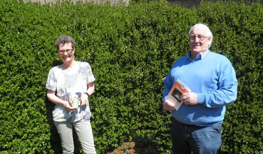 <p>Gerda Griffioen met het pelgrimspopje in haar hand en Hans van der Bilt, achterwacht tijdens de wandelingen.</p>