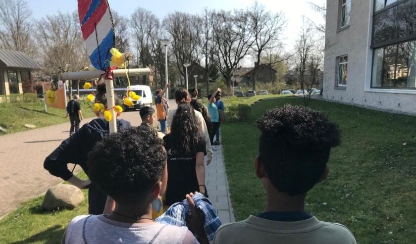 <p>De leerlingen van IMC on Tour bij het Sint Jozef Verpleeghuis. Het paasei is een combinatie van de Nederlandse- en de Eritrese vlag.</p>