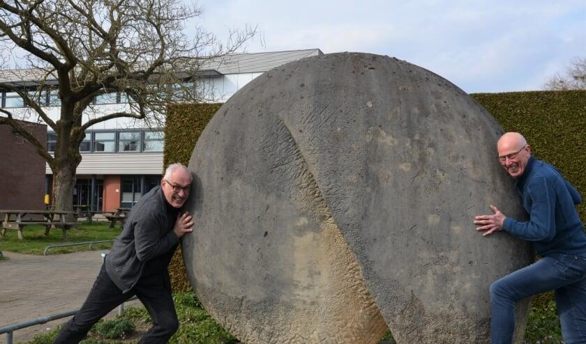 Het lukt Harry Thissen (L) en Willy Sanders niet om het kunstwerk bij de Wesenthorst mee te nemen naar Almende Laudis.