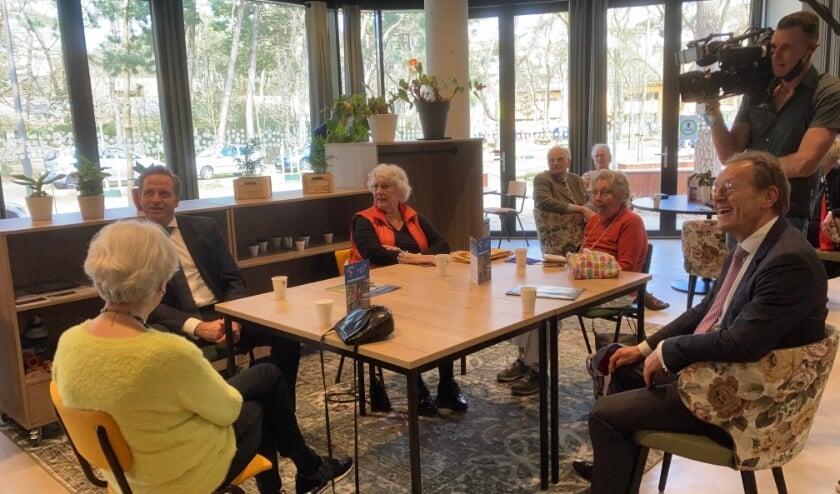 <p>In ontmoetingscentrum Binnenbos Zeist werd de minister ontvangen door burgemeester Koos Janssen.</p>
