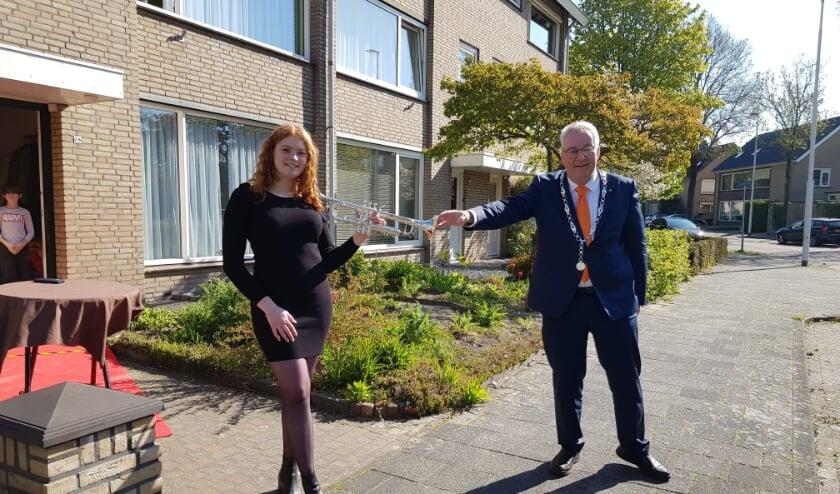 <p>Burgemeester Hans Ubachs ging voor het tweede jaar op rij langs de huizen van de gedecoreerden. Dit keer met trompettiste Farah Schepens.&nbsp;</p>