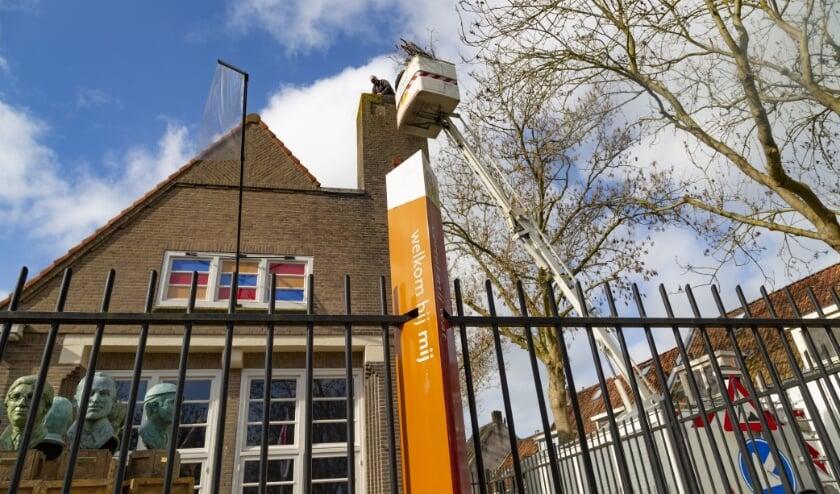 <p>Deskundig bouwde Piet van Andel van Ooievaarsopvang Herwijnen vorige week zaterdag het derde IJsselsteinse ooievaarsnest: op de schoorsteen van MIJ.</p>