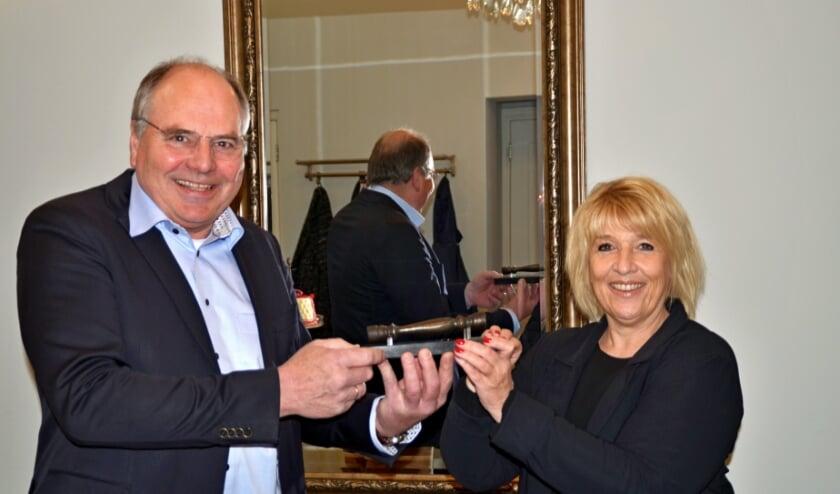 <p>Hanita Arns overhandigde het &#39;makelaarsstafje&#39; aan de blij verraste Wim Breunissen (foto Jan Boer)</p>