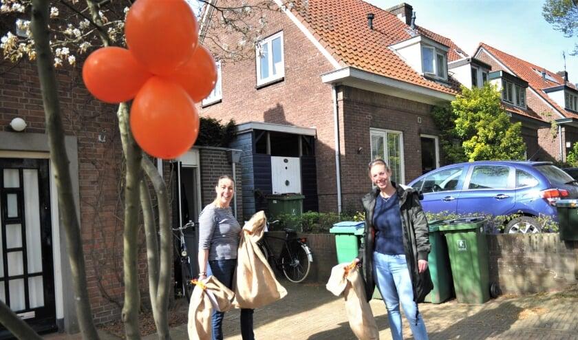 <p>Bij Karin Janssen (links), secretaris Oranjevereniging Oosterbeek, werden zaterdagmorgen de pakketten afgehaald. Foto: gertbudding.nl&nbsp;</p>