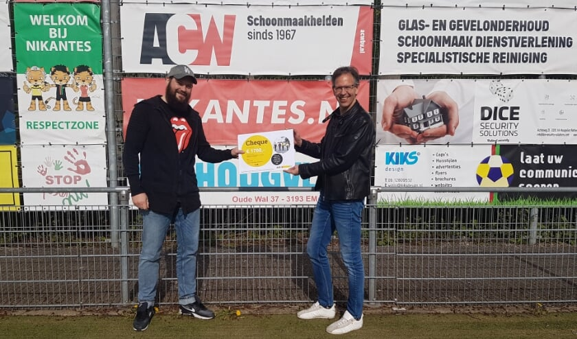 Voorzitter Jaco Meijboom (rechts) ontvangt uit handen van Rick van de Poll (links) een cheque van de AVR Perfect Days van € 1700.00. Nikantes gaat dit besteden aan de verduurzamingsplannen.