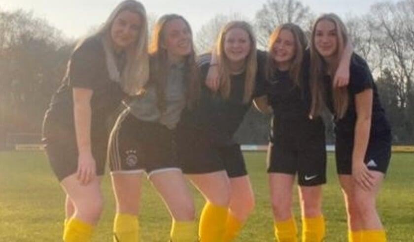 <p>De vijf meiden SV Wissel.</p>