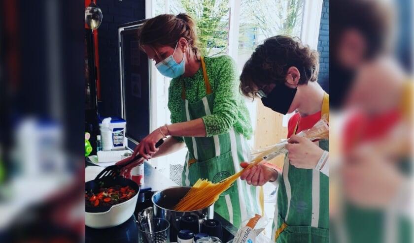 Lucienne Miltenburg kookt met een deelneemster