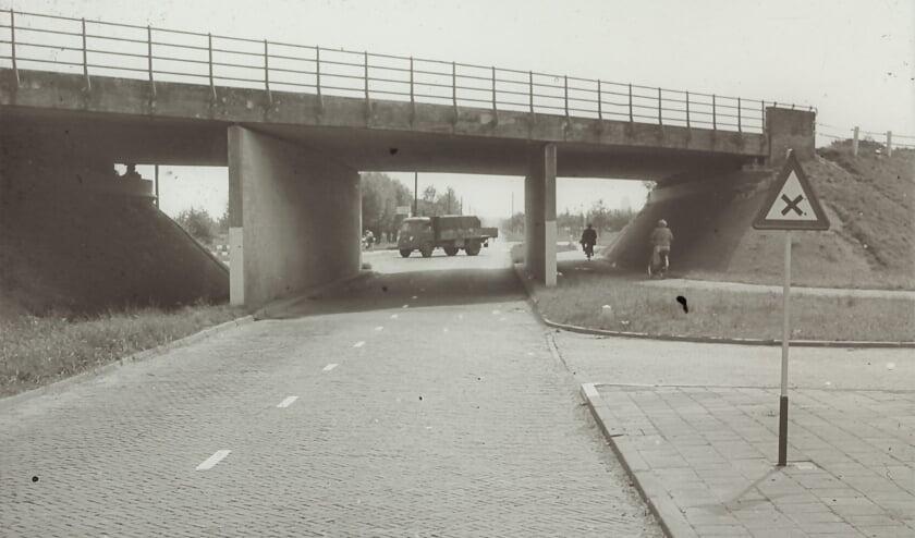 <p>De Langeweg met daarboven de snelweg, waarschijnlijk in de jaren vijftig. Later werd de situatie omgedraaid zodat de Langeweg over de snelweg kwam te liggen. (Herkomst H. Hams; collectie Kees Popijus)</p>