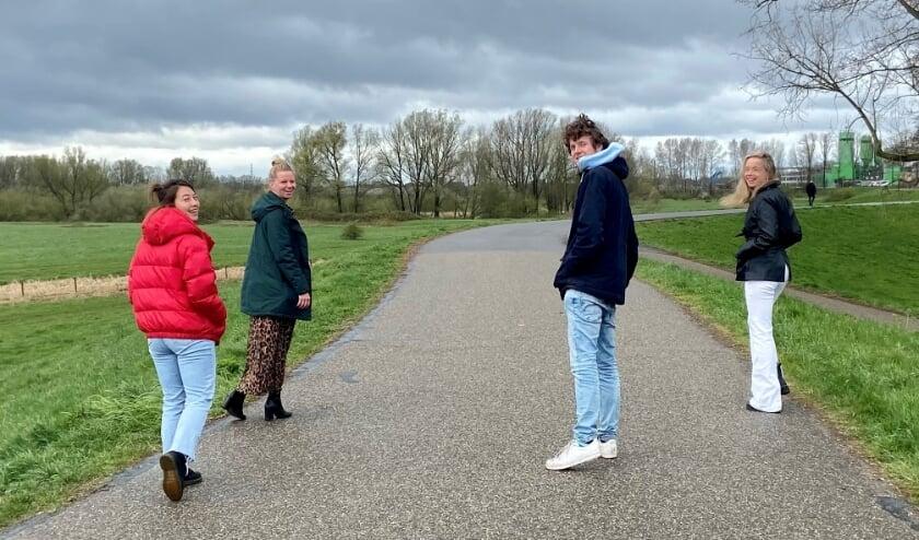 Het team van Frisse Gedachtes Wageningen aan de wandel.