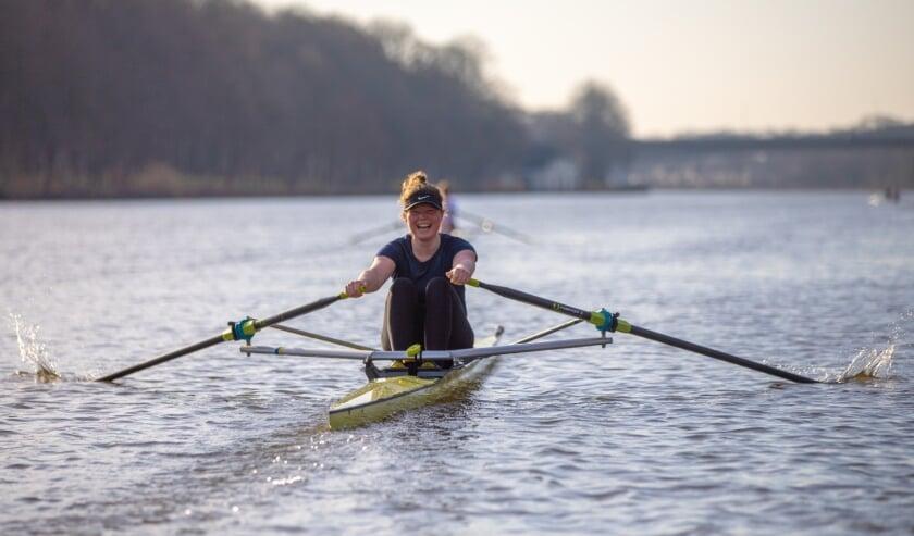 <p>Het is een prachtig gezicht als de ranke boot van Pleun Santerse door het water snijdt. (Foto: Wietze de Vries)</p>