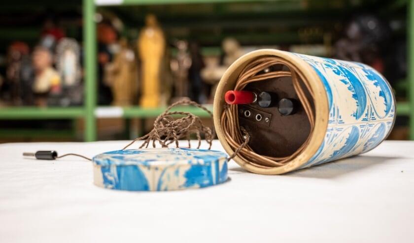 <p>Deze radio, verstopt in een cacaoblik, werd door een Zevenaarse familie gebruikt om in de Tweede Wereldoorlog naar Radio Oranje te kunnen luisteren.</p>