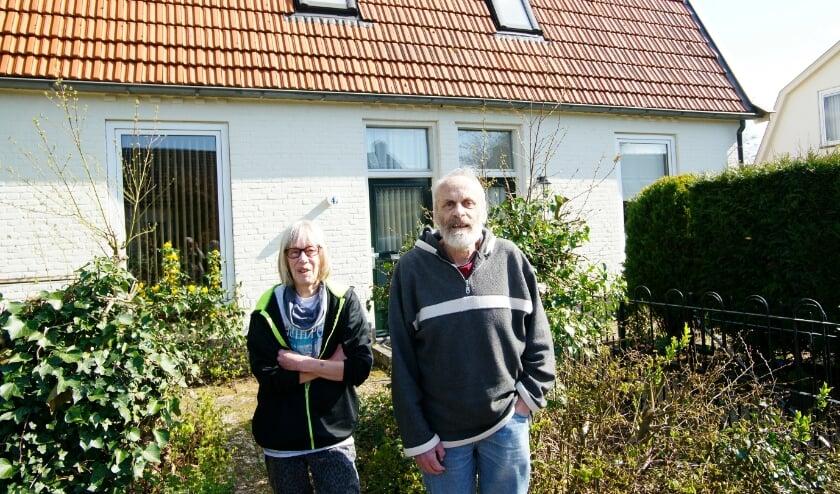 <p>Adrie van der Horst en zijn vrouw voor hun Rode Dorp-huis aan de Vredenburgstraat in Westervoort.</p>