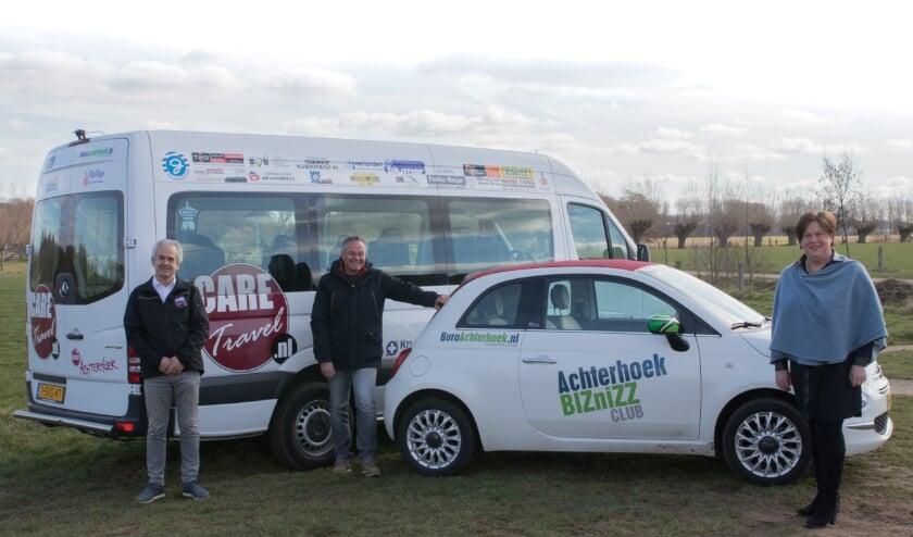 <p>Jos van den Berg, Ed Smit en Linda Ostendorp voor een CARE Travel bus en auto van AchterhoekBIZ.</p>