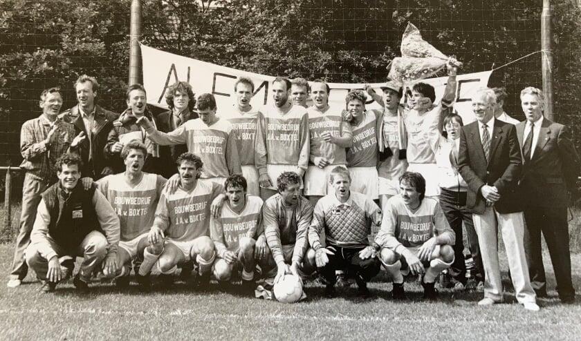<p>Het kampioenselftal van Alem dat in 1990 naar de derde klasse promoveerde. Zittend derde van links Huub van Mook. Foto: Alem</p>