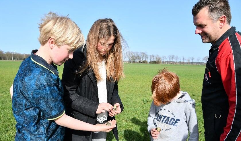 Krijn, Caia, Teye en boer Martijn Smets: allemaal betrokken bij de weidevogelbescherming. Deze kievitseitjes zijn al open.