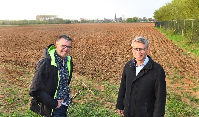<p>Rob Schuurman (links) en Peter van der Kemp op een van de locaties voor een zonnepark in Silvolde. (foto: Roel Kleinpenning)</p>