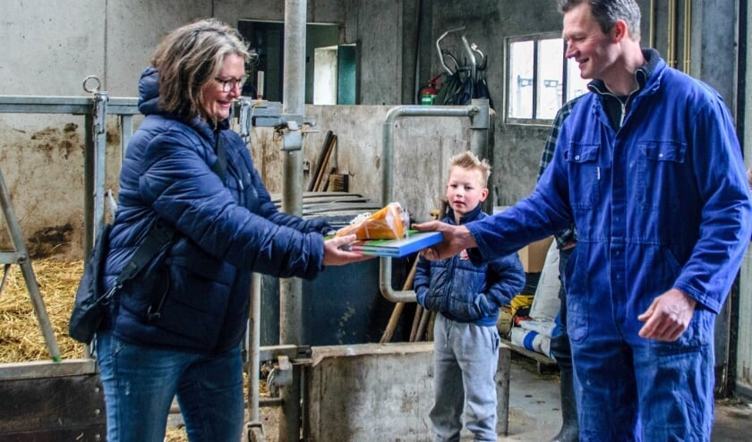 <p>Jeanette van Beek, winnares tweede prijs &nbsp;krijgt uit handen van Koos van der Wind een boek en een kilo kaas.&nbsp;</p>