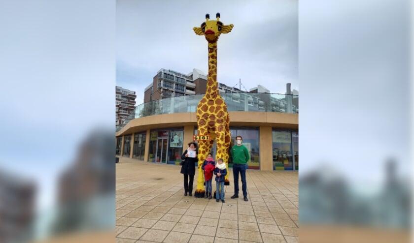 <p>Het gezin uit Barendrecht poseert bij de giraf.&nbsp;</p>