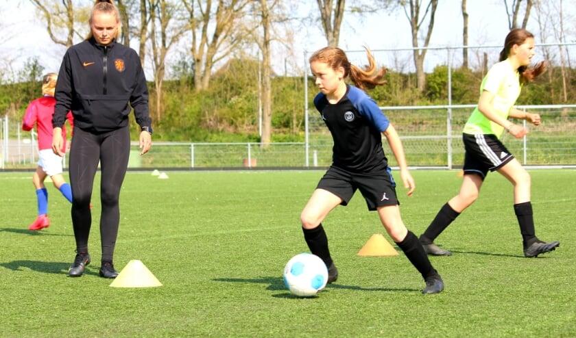 <p>Jaimy Ravensbergen van ADO Den Haag is naar Zwijndrecht gekomen om de meiden haar tips & tricks te leren.&nbsp;</p>
