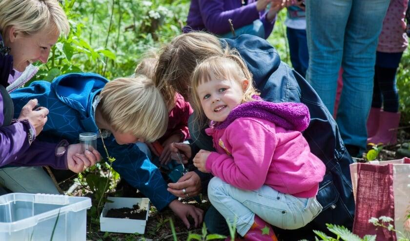 Ouders met hun kinderen de natuur aan het ontdekken