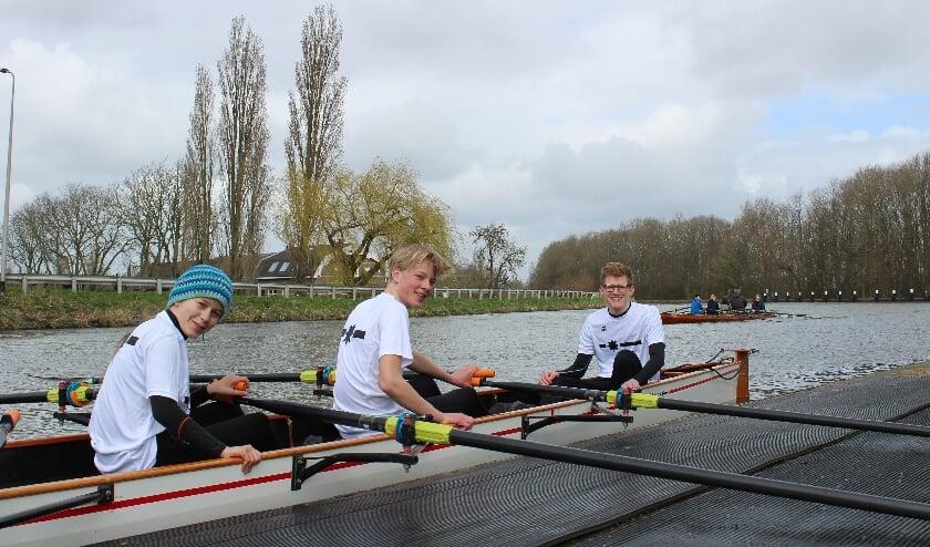 <p>Van links naar rechts: Hansje, Sander en Jelle stappen elke zaterdag de boot in.</p>