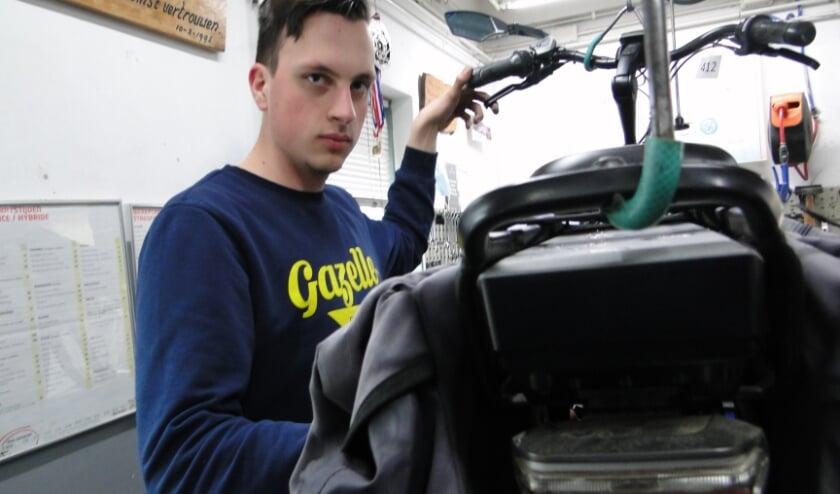 <p>Monteur Ethan in de werkplaats van Konijnenbelt in Hulsen.&nbsp;</p>