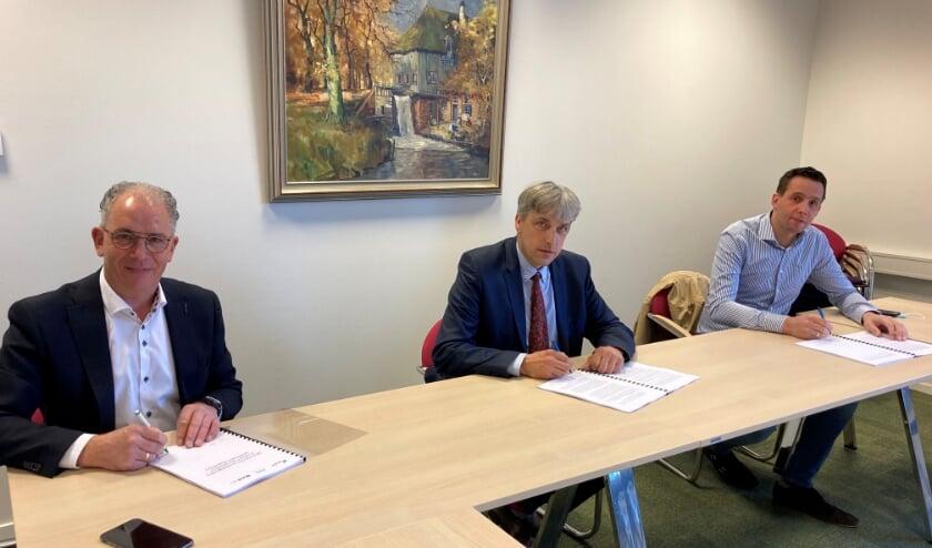 <p>De ondertekening van de realisatieovereenkomst. Vlnr Arie Slingeland (ASB BV), wethouder Jaap Groothuis en Wouter van den Top (De Bunte Vastgoed).&nbsp;</p>
