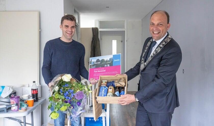 <p>De 130.000ste bewoner Tom Hovestad kreeg een pakket Zwolse producten en een oorkonde van burgemeester Peter Snijders.</p>
