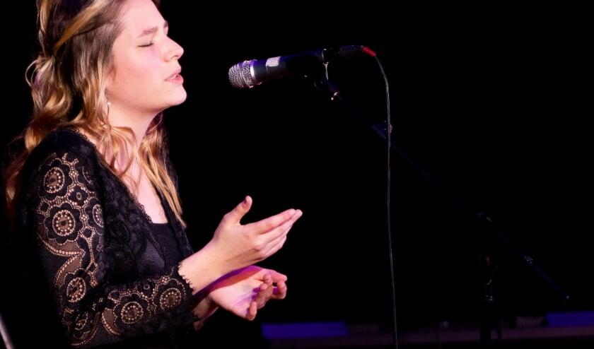 <p>Mooi optreden van zangeres Tessa (4 mavo) bij het Picasso Eindexamenconcert.</p><p>Foto:&nbsp; Chris Pennings</p>