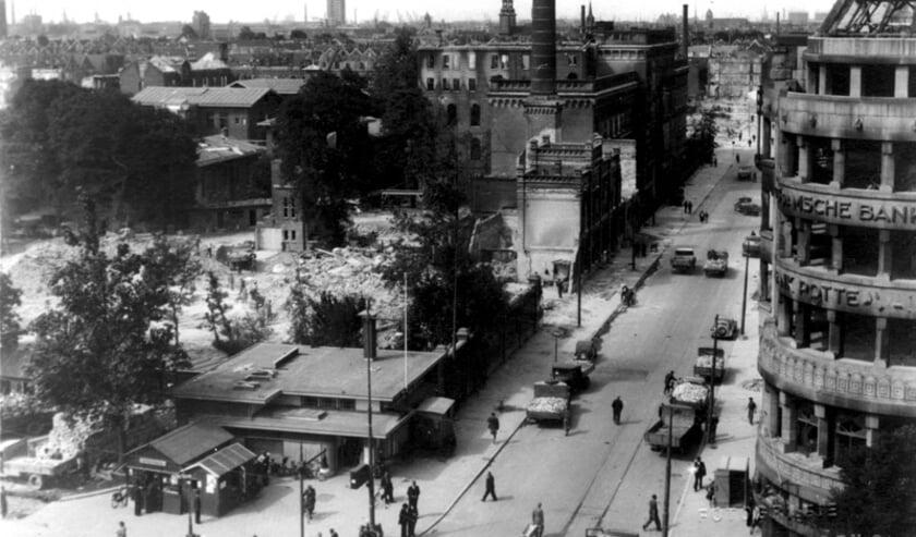 <p>Luchtopname van de Van Oldenbarneveltstraat met het verwoeste gemeente ziekenhuis, huizen en gebouwen als gevolg van het bombardement van 14 mei 1940. Op de voorgrond de Coolsingel ter hoogte van het KLM kantoorgebouwtje en de Amsterdamsche bank, uit het oosten gezien.</p>