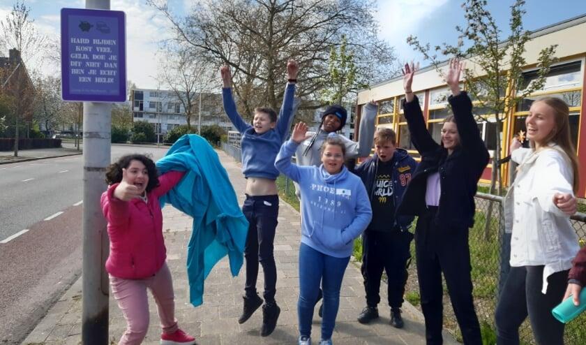 <p>De kinderen van groep 8 van basischool De Meiboom in de wijk Meijhorst onthullen hun verkeersbord. (Foto: Gerrit Jan Griepsma)</p>