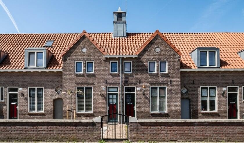 <p>Twee woningen in het midden van de rij hebben topgevels en een torentje als bekroning. Meer informatie over deze en andere bijzondere Tilburgse gebouwen staat op &nbsp;www.heemkundekringtilburg.nl.&nbsp;</p>