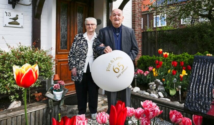 <p>&nbsp;Leny en Piet Wils, 65 jaar getrouwd en zowaar een bloem voor elk jaar. </p>