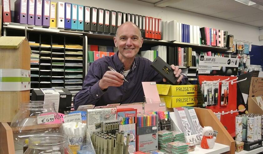 <p>Gerard Tomey in de kantoorafdeling van zijn boekhandel. (foto: Anton Overweel)</p>