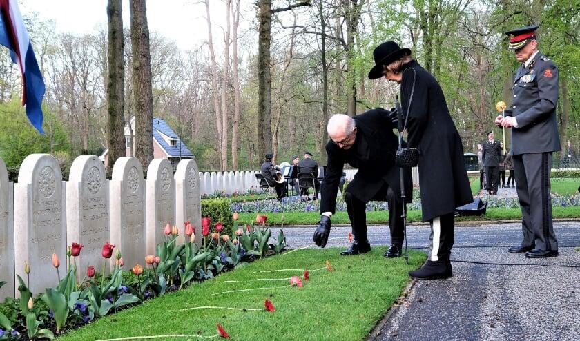 <p>Herdenking op de Grebbeberg. Prinses Margriet en haar man Pieter van Vollenhoven leggen een bloem bij één van de graven. In eerste instantie zouden ze niet komen.</p>