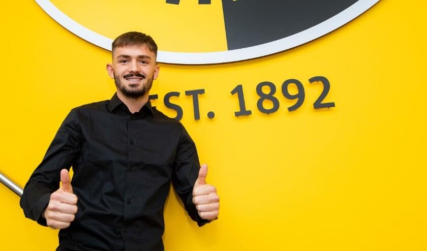 <p>De Zwitserse jeugdinternational Toni Domgjoni verruilde FC Z&uuml;rich voor Vitesse, waar hij inmiddels de handtekening zette onder zijn nieuwe contract.</p>