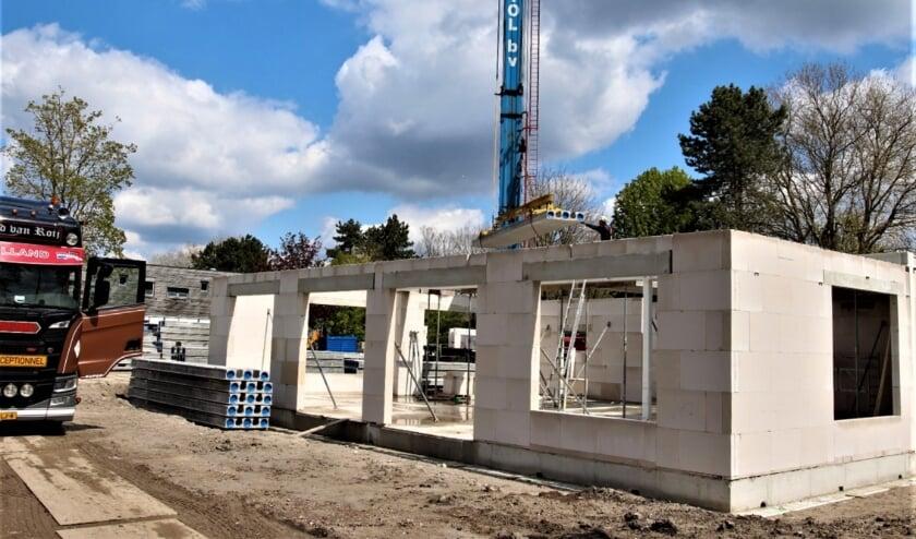 <p>&nbsp;Er moet nog flink wat werk worden verzet en in december moet het gebouw opgeleverd worden. Foto: Johan Maaswinkel</p>