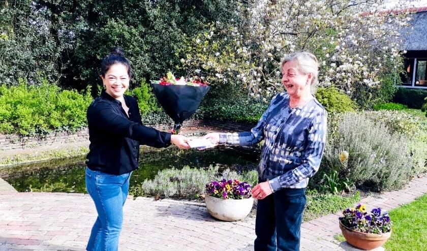Coördinator Vera Schakel -  de Ligt zet Evaline Demmink uit Doetinchem (rechts) in het zonnetje.