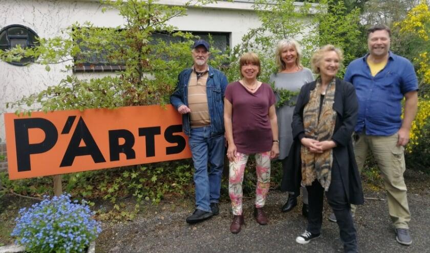 <p>vlnr kunstenaars Hans, Maria, Elisabeth, Liz en Marc (Foto: Elzelien Jansen)</p>
