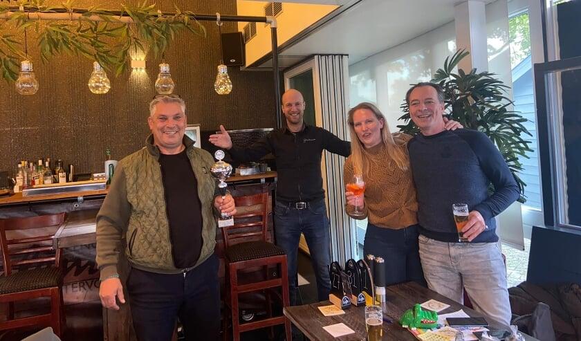 <p>Marco Hubers is de trotse winnaar van het WK Terraszitten. Rechts Nicole Klomp en Hans Wrekenhorst, in het midden Martijn Wieleman.</p>
