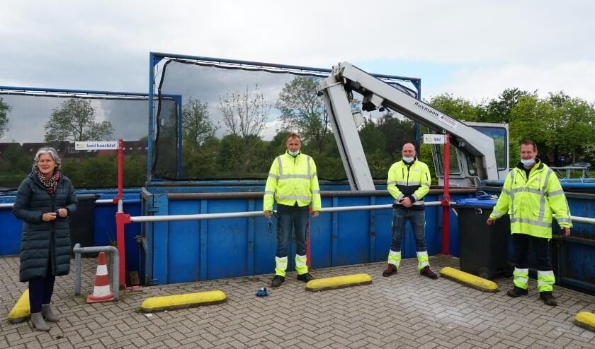<p>Wethouder Schouten met enkele medewerkers van het Reclyclestation, die uitkijken naar een toekomstbestendige plek. Foto: Louise Mastenbroek</p>